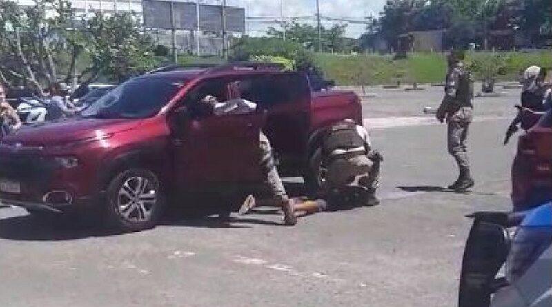 Dois homens são presos em supermercado da Av. Paralela, momentos depois de roubar carro no Itaigara