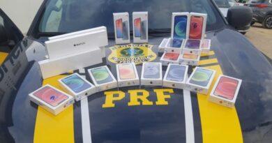 PRF flagra dupla com dezenas de celulares sem nota fiscal em um carro de luxo na BR-407