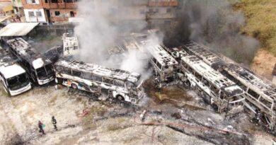 Incêndio destrói pelo menos 15 ônibus em garagem próxima a rodoviária de Salvador