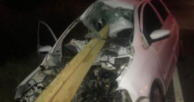 Carro bate em guard rail da BA-148 e mulher fica gravemente ferida