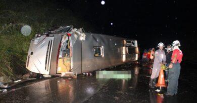 Ônibus capota em rodovia e deixa ao menos um morto e mais de 20 feridos