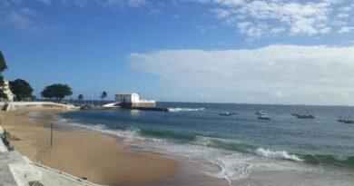 Adolescentes são apreendidos no mar do Porto da Barra, após cometerem assalto