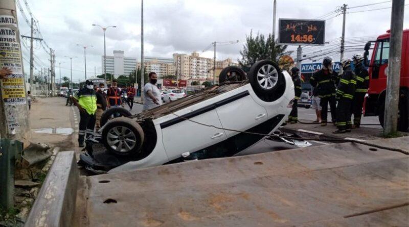 Carro bate em veículo e capota em Lauro de Freitas