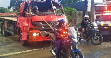 PRF flagra motorista dirigindo caminhão com cabine destruída na BR-324